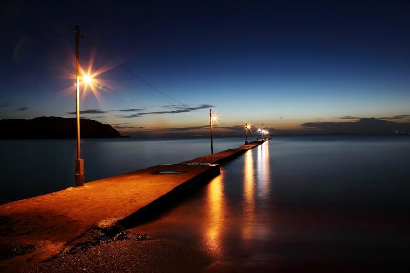 [ 桟橋Night ]   光が灯された浅岡桟橋。海に向かってどこまでも続いているような桟橋風景。