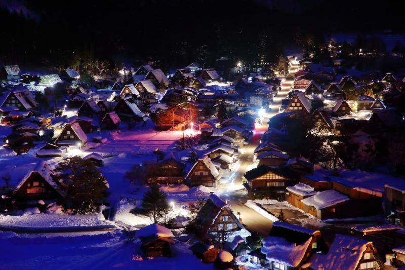 夜の宿場町 | 道路や建物の明かりが雪に反射し、幻想的な宿場町の夜景が広がっていました。