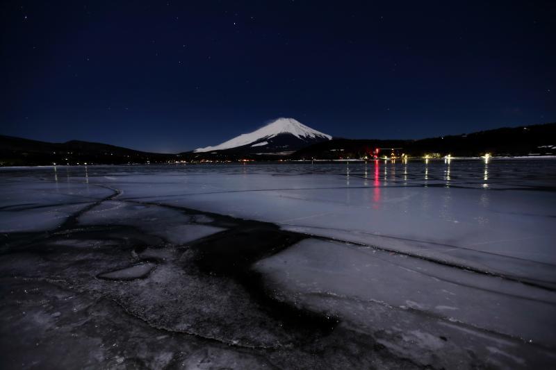 氷に埋まる湖と富士 | 真夜中の平野浜は氷で埋め尽くされており、静けさに包まれていました。