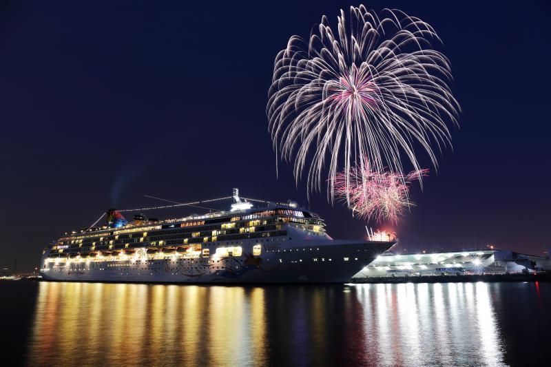 豪華客船と花火 みなとみらいに寄港中の巨大豪華客船。大きな花火が夜空を彩っていました。