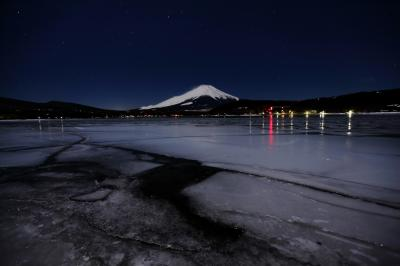 [ 氷に埋まる湖と富士 ]  真夜中の平野浜は氷で埋め尽くされており、静けさに包まれていました。