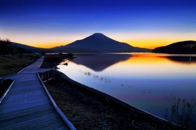 グラデーション| 富士へ向かうような木道と、湖に映る逆さ富士が美しい。
