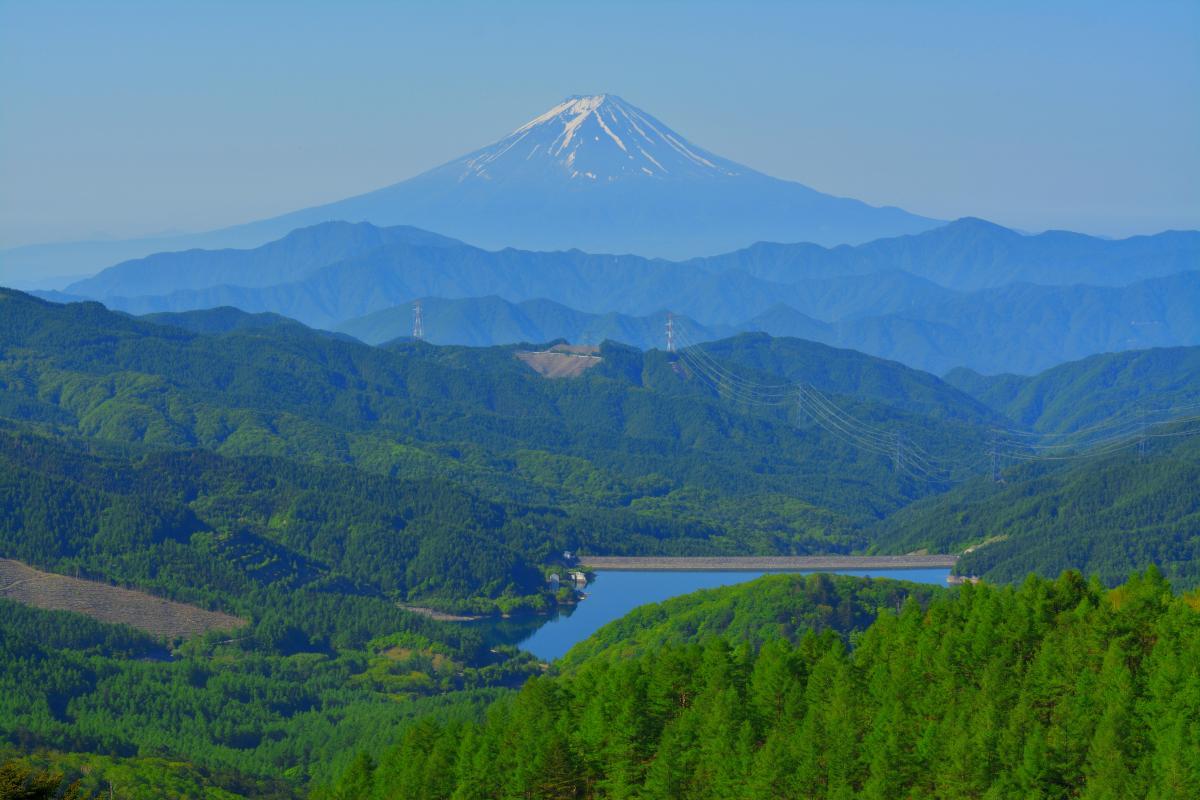ダム湖と富士山 大菩薩嶺から見た上日川ダムと稜線の美しい富士山