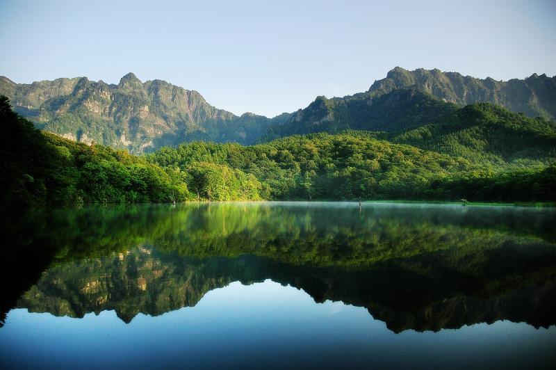 [ 鏡池 水鏡 ]  風のない朝 穏やかな水面が戸隠連峰を映し出していました。