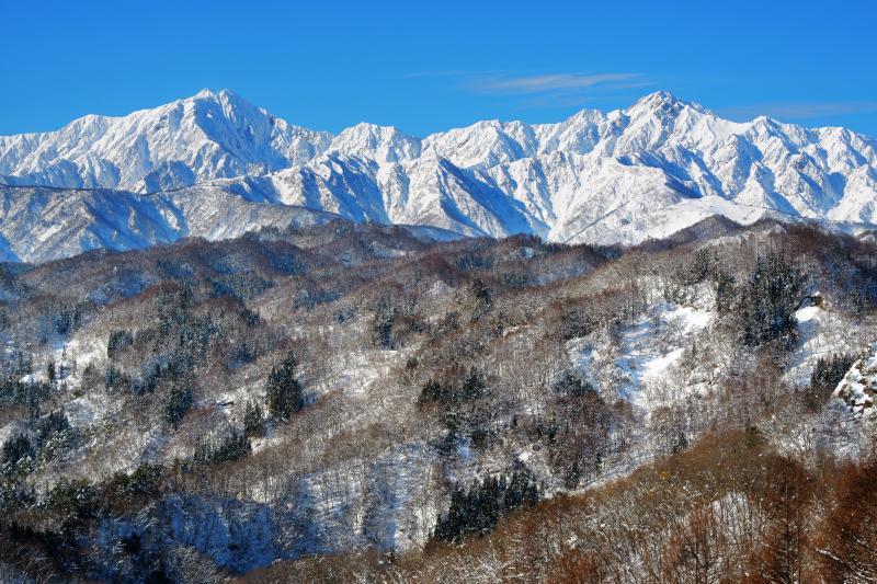 [ 信州 小川村 冬景色 ]  左が鹿島槍ヶ岳 右が五竜岳 両山とも日本百名山に選定。鹿島槍ヶ岳は南峰と北峰、ふたつの山頂を持つ双耳峰。五竜岳には武田菱と呼ばれる雪形が見えます。