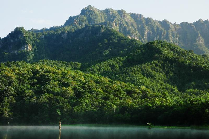 [ 戸隠山 ]  早朝は湖面に霧が漂う確率が高くなります。