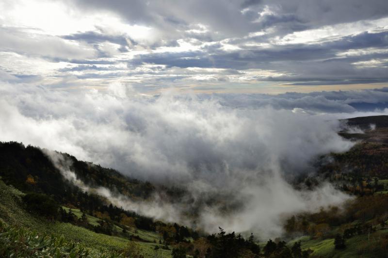 迫りくる雲海 | 雲間から射し込む光で雲海が立体的に。太陽が昇るにつれ劇的に変化していきます。