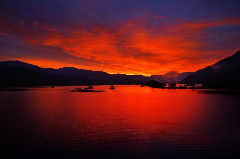 秋元湖 朝焼け色の空が湖面を真っ赤に染めます。