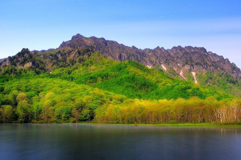 [ 新緑の鏡池 ]  鮮やかな紅葉や雄大な戸隠連峰を映す鏡池。新緑の季節は芽吹いた樹々が輝きます。