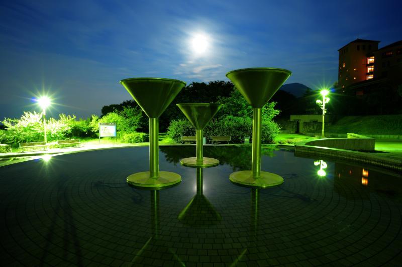 [ 静かなる夜に ]  風が無く、水面は鏡のようになっていました。水面に浮かぶ3本のワイングラス。