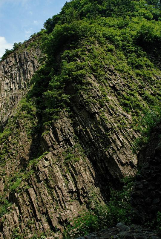 [ 柱状節理の岩壁 ]  第三見晴所の屏風岩。高さ100mにもなる柱状節理の絶壁は圧巻。柱状節理は材木を束ねたように見えるため、「材木岩」とも呼ばれる。