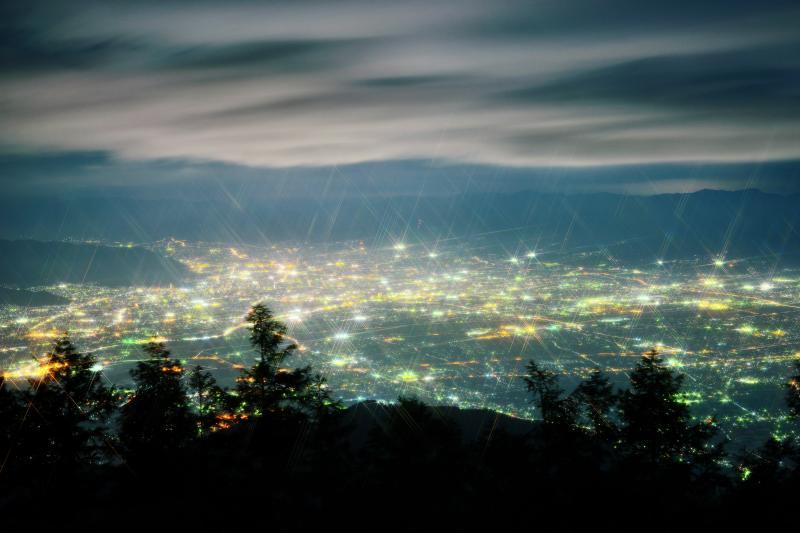 [ 甲府盆地夜景 ]  街灯りに照らされた雲が空を流れていきました。「スノークロス」フィルター使用。
