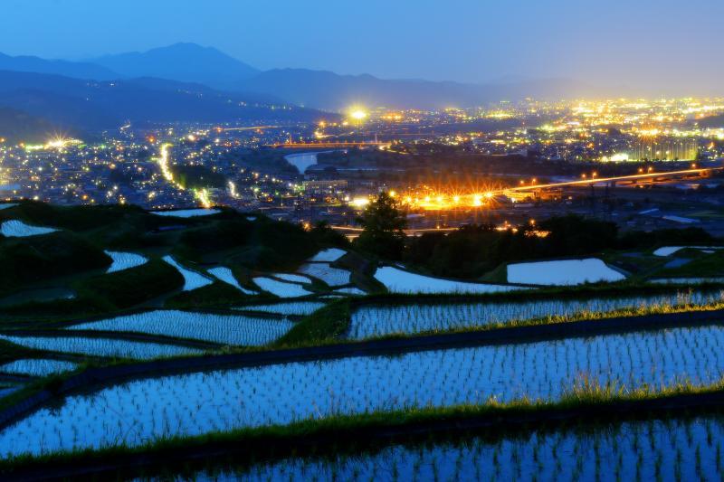 [ 姨捨の棚田 夜景 ]  日没後 千曲川に沿って広がる善光寺平の街灯りが輝いていきました。