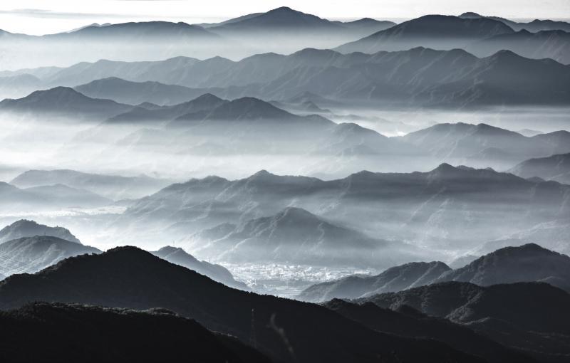 [ 霧に浮かぶ山々 ]  薄い雲が流れている風景をモノクロ風に仕上げてみました。