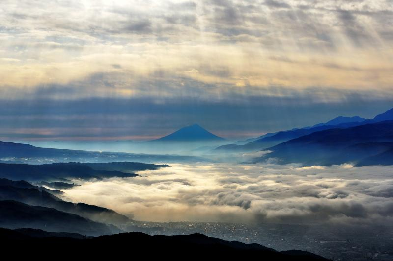 高ボッチ 光芒 | 高ボッチ高原より雲海越しに富士山を望む。雲間から降り注ぐ光芒が 眼下に広がる雲海を照らしていました。
