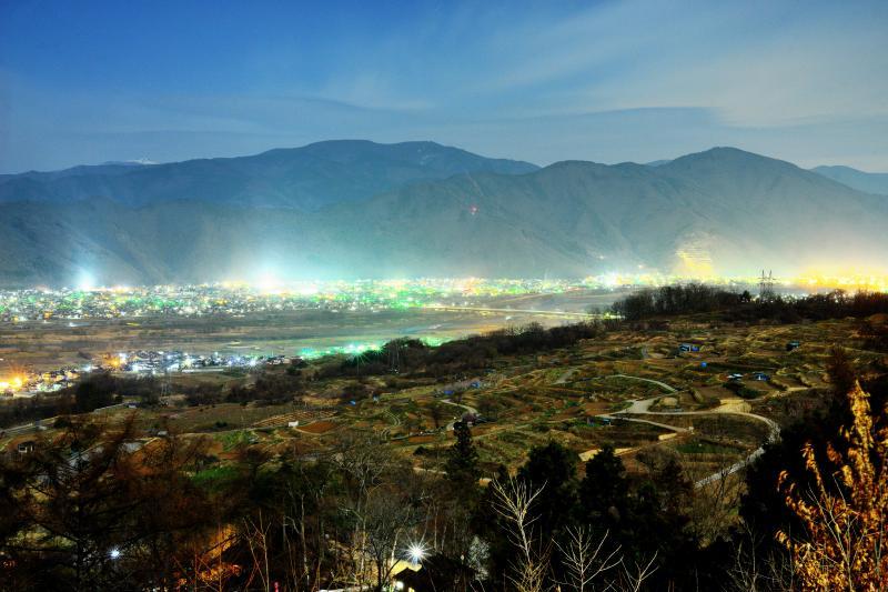 [ 姨捨公園からの眺め ]  姨捨公園からは棚田の大部分を俯瞰することができます。奥には千曲川と夜景が広がります。