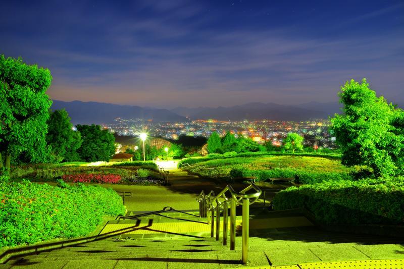 [ 坂の下のパノラマ ]  公園は傾斜地にあるのでどこからでも甲府盆地の夜景が見えるようになっています。