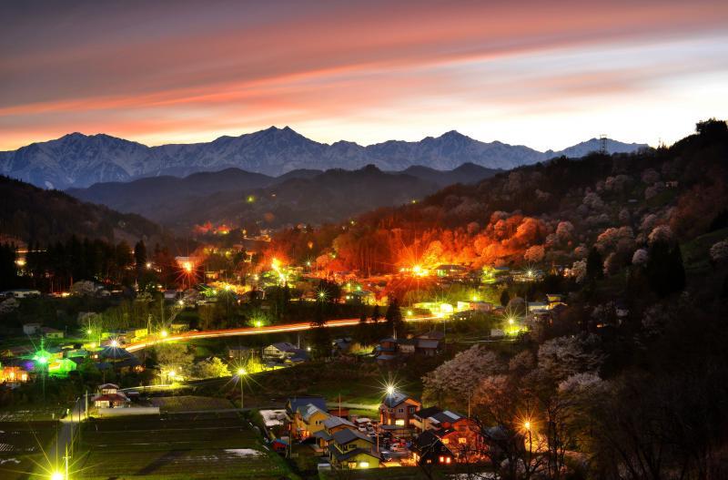 [ 日本で最も美しい村 ]  夕焼け色に染まる雲