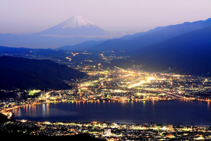 [ 高ボッチ 夜景 ]  高ボッチ高原より冠雪した富士山を望む。良く晴れた日の夕暮れどき 太陽が沈み諏訪湖周辺の街明かりが輝いていきました。