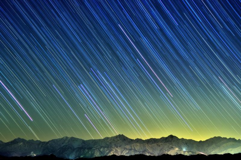 [ 北アルプスと星空 ]  北信から北アルプス後立山連峰を望む。快晴で雲一つない夜。西の空で輝く星が稜線に消えていきました。