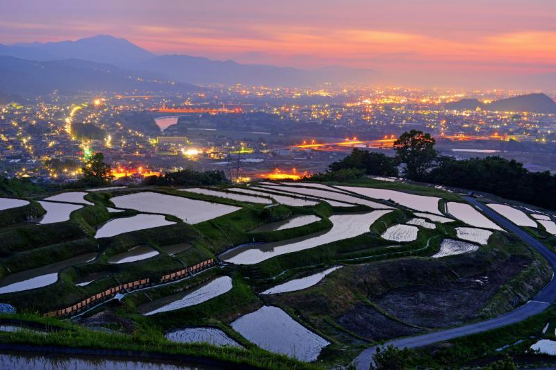 姨捨の棚田は「日本の棚田100選」に選定されています。眼下に広がる善光寺平の風景が美しい撮影スポットです。