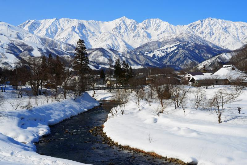 [ 白馬村 大出の吊橋 冬景色 ]  厳冬の白馬三山。午後の光でより立体的に見えます。