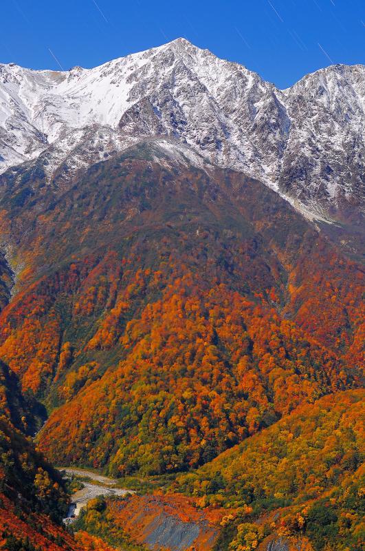 [ 白馬鑓ヶ岳 ]  冠雪した険しい峰 深い谷をくだる紅葉