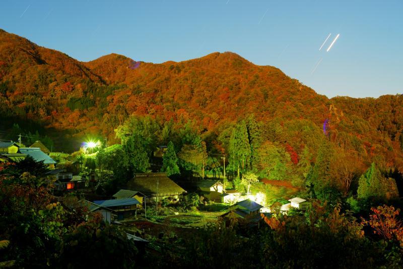 [ ランデブー ]  2015年10月26日 午前3時過ぎ「十三夜の月」に照らされた信州 小川村 の里山。東の空で大接近した「金星」と「木星」が寄り添っていました。少し下には「火星」も