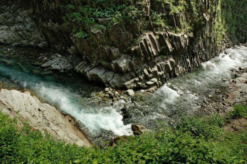 [  ]  第二見晴所(丸淵)の正面。くの字に曲がる川と柱状節理の絶壁。