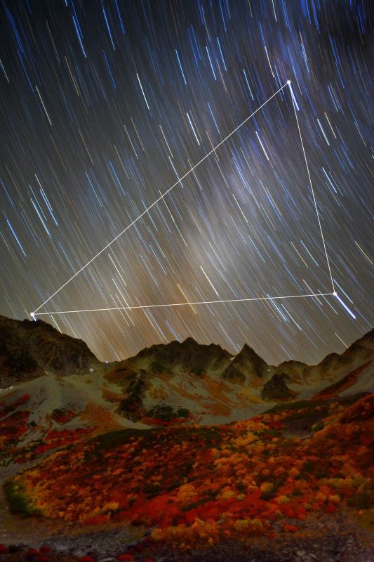 [ 紅葉に降る星々 ]  快晴で空気が澄んだ夜。満天の星が輝き天の川が見えました。夏の大三角が穂高連峰の稜線に沈んでいきました。