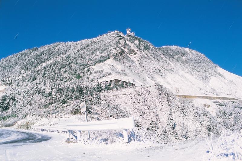 [ 横手山 白銀 ]  月夜の志賀高原 のぞきから横手山方面を望む。国道292号が冬期閉鎖される前 ごく稀に霧氷に覆われた光景を撮影することができます。