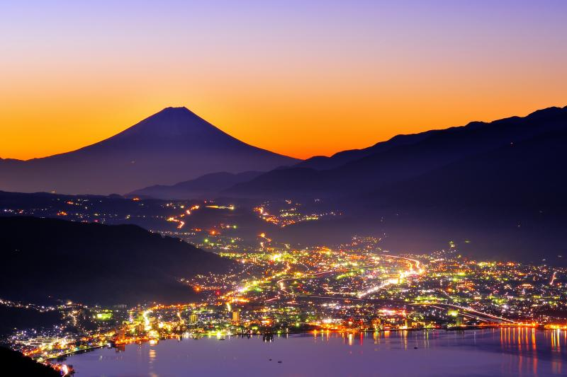 高ボッチ 夜景 高ボッチ高原より諏訪湖越しに富士山を望む。快晴で空気が澄んだ夜 諏訪湖周辺の夜景が輝いていました。