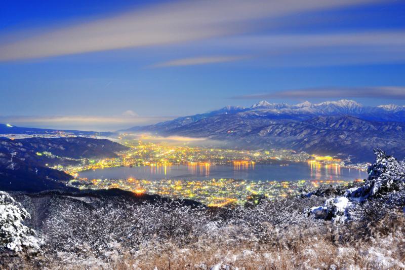[ 高ボッチ 夜景 ]  高ボッチ高原より冠雪した富士山と南アルプスを望む。寒気が過ぎ去り空気が澄んだ夜 諏訪湖周辺の夜景が輝いていました。