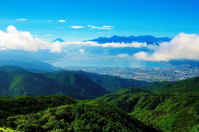 [ 高ボッチ 梅雨明け ]  雲の向こうには富士山と南アルプスが見えます。