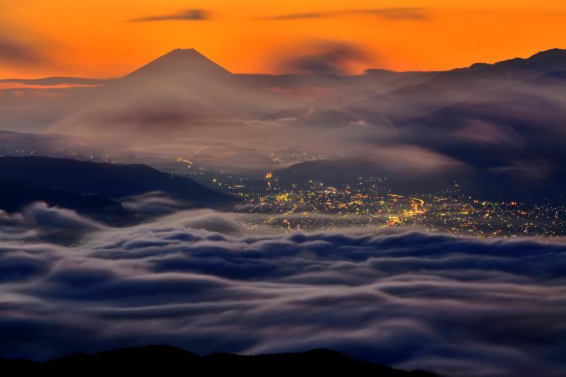 高ボッチ雲海| 眼下に広がる夜景と富士山を覆い隠す雲海。