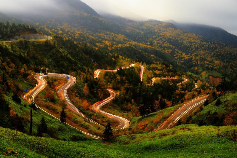 紅葉サーキット| 国道292号から万座温泉へ下る群馬県道466号を走行する車の光跡を長時間露光で撮影。