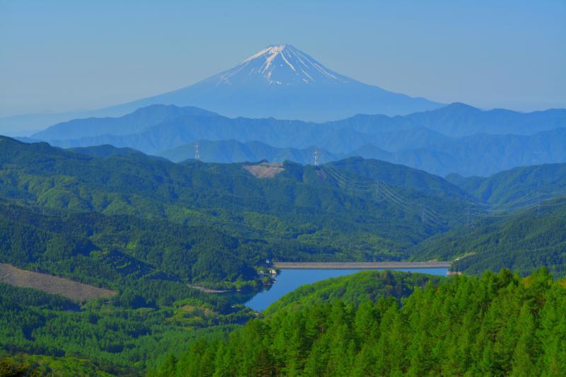 ダム湖と富士山 | 大菩薩嶺から見た上日川ダムと稜線の美しい富士山