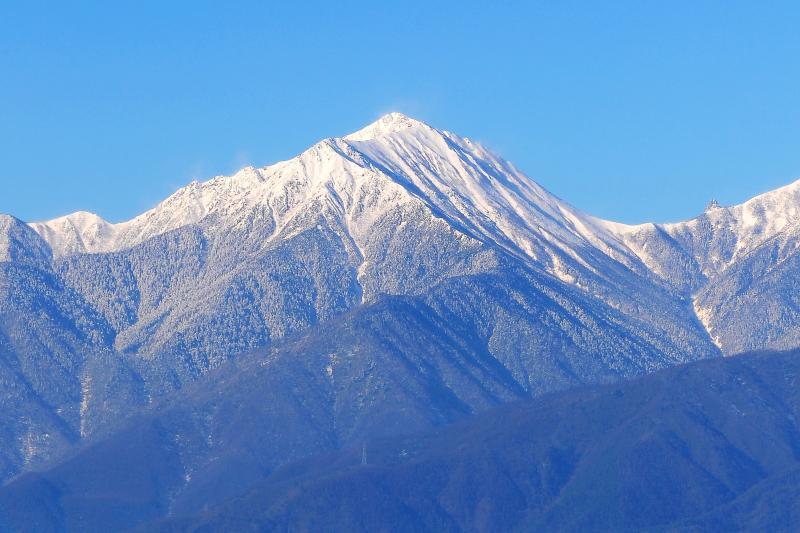 [ 常念岳冠雪 ]  光城山からは姿の美しい常念岳を見ることができます。稜線の右には槍ヶ岳の山頂も。
