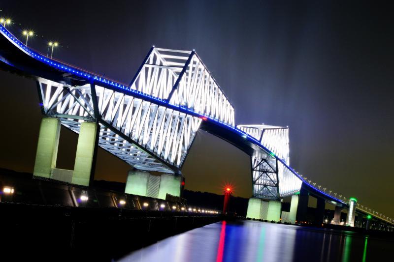 オーラ 闇に浮かぶ橋梁。ライトアップの照明が大気中に拡散し光芒のように。
