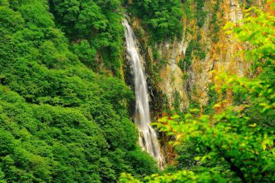 澗満滝 新緑| 志賀高原の入り口にあり観光スポットでもある澗満滝。