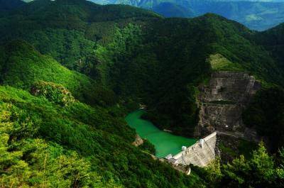 [ 豊丘ダム ]  西に傾いた日差しが雲間から差し込み ダムを囲む複雑な地形を照らしていました。