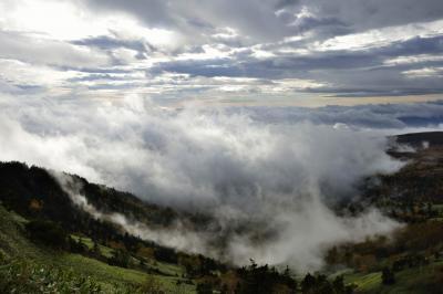 迫りくる雲海| 雲間から射し込む光で雲海が立体的に。太陽が昇るにつれ劇的に変化していきます。