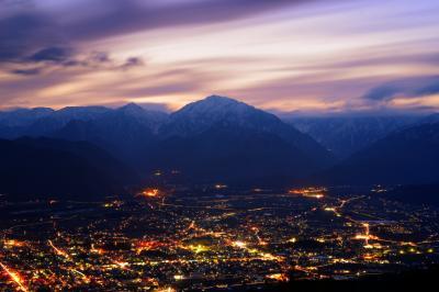 大町市夕景| 北アルプスの夕暮れ。空が暗くなり夜景が輝いていきます。