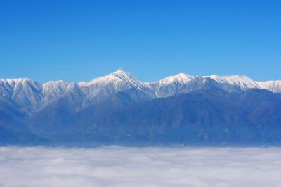 雲海に浮かぶ北アルプス| 澄みわたる空、冠雪した北アルプス、安曇野を覆い尽くす雲海。地上付近の湿度が高く風が穏やかな日は雲海を見ることができます。