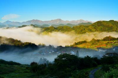 流れる霧| 雨上がりで快晴の朝、北アルプスが一望できました。深い谷から湧き出る雲海。小川村の底部を流れる「土尻川」が発生源になることが多い。