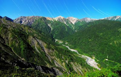 黒菱林道| 谷の険しさと緑の美しさ。