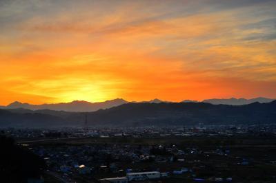サンセットポイント| 北アルプス後立山連峰に夕陽が沈み、西の空が夕焼け色に染まっていきました。