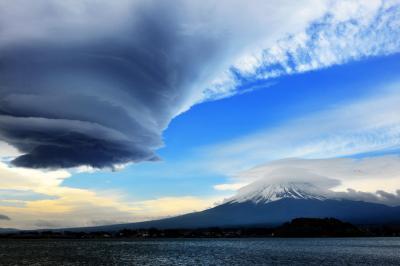 富士山雲劇場| 天候が悪化する前に出るという「吊し雲」「笠雲」が同時に出現しました。