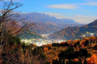 [ 晩秋の鬼無里 ]  深い谷を秋色に染める樹々。