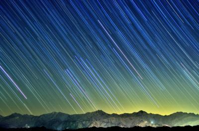 北アルプスと星空| 北信から北アルプス後立山連峰を望む。快晴で雲一つない夜。西の空で輝く星が稜線に消えていきました。